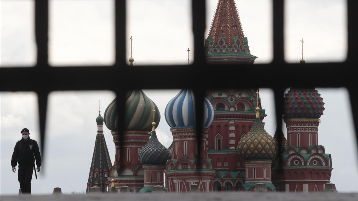 Un policía ruso patrulla la Plaza Roja de Moscú, el pasado mes de mayo
