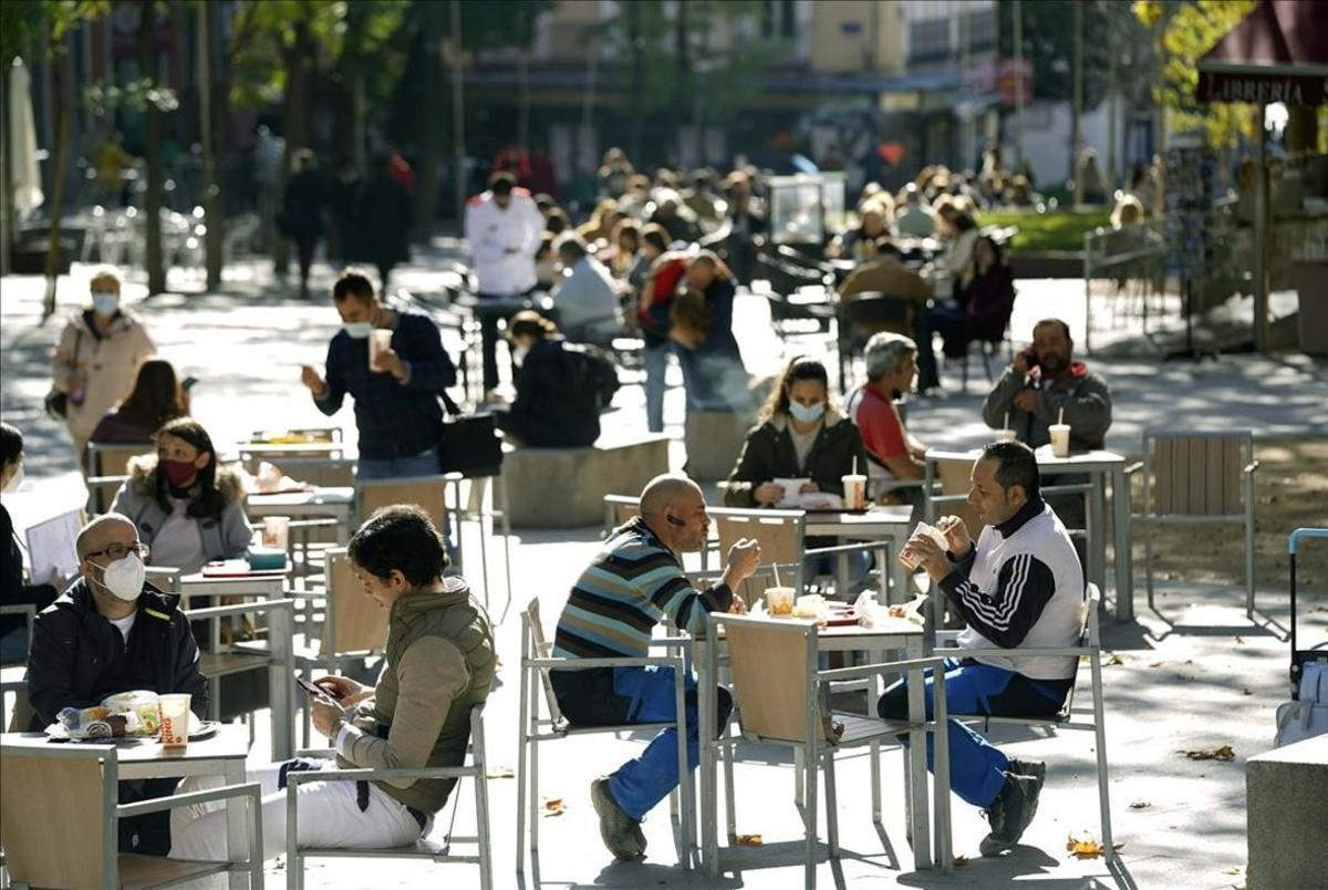 Ambiente de terrazas y bares en Madrid este mediodía, en la imagen la Plaza de Santa Barbara.