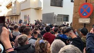 Concentración en Linares en protesta por la agresión protagonizada por dos policías nacionales, este sábado.
