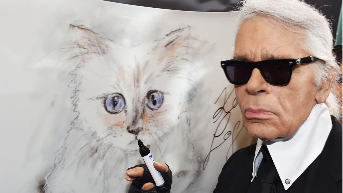 El diseñador alemán Karl Lagerfeld, uno de los grandes nombres de la moda y director de creaciones de la firma francesa Chanel desde 1983, falleció hoy a los 85 años de edad.