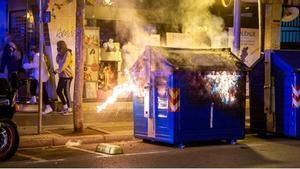 Noche más tranquila, pero con disturbios en Logroño y León. En la foto, un contenedor ardiendo en la capital de La Rioja.