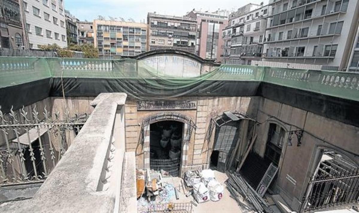 Acceso al nuevo macro espacio gastronómico del paseo de Gràcia, totalmente en obras, ayer.