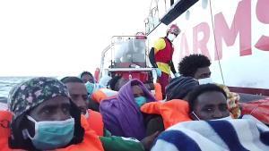 Inmigrantes rescatados por Open Arms en aguas del Mediterráneo.