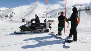 Dos técnicos de la estación de esquí de Boí Taüll señalizan una pista.