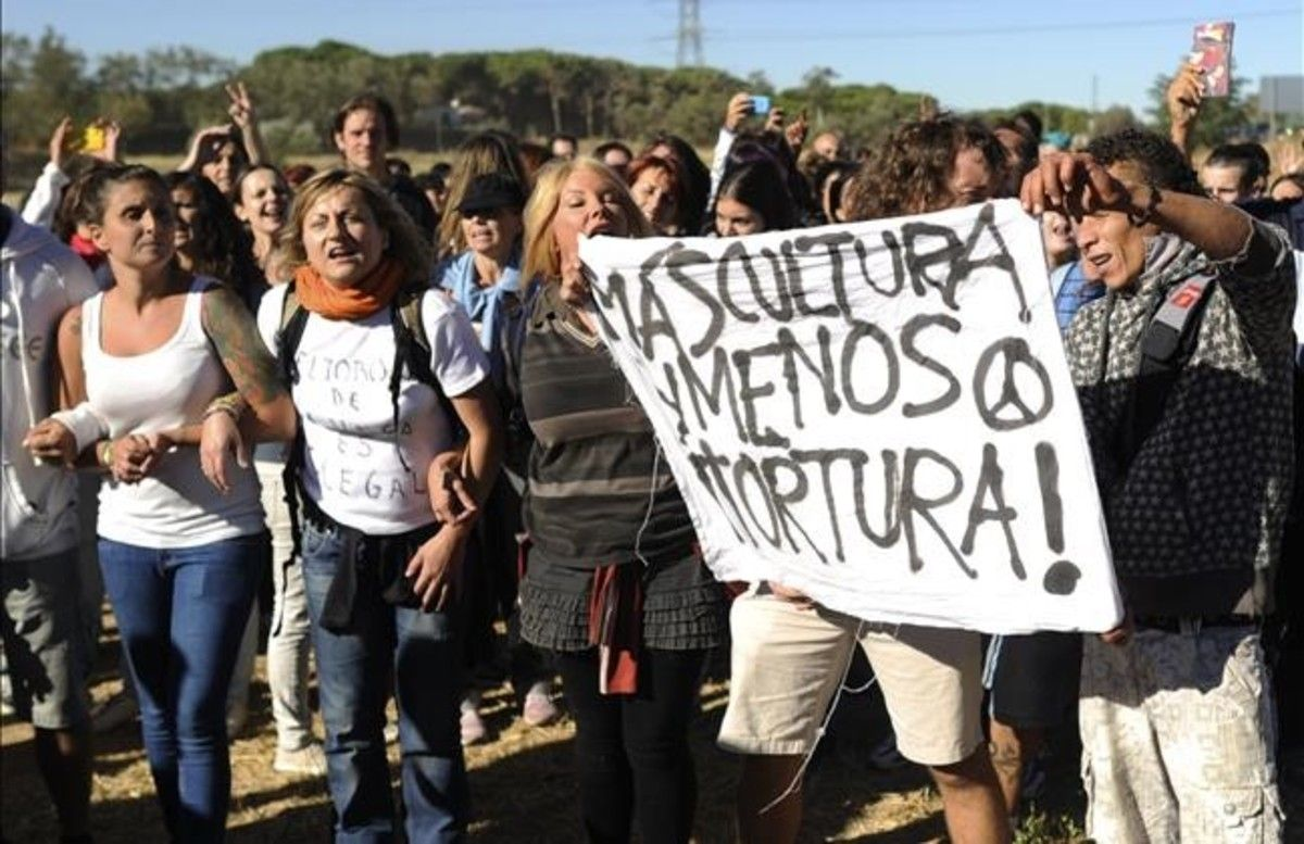 Protesta de animalistas a la entrada de Tordesillas, durante el Toro de la Vega del 2013.