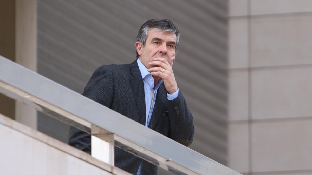 Josep Giralt, director del Museu, observa como cargan el camión.