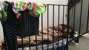 Un hombre duerme en la escalera del número 22 de En Roig, una finca que la heroína ha vaciado de familias.