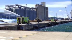 Extinción de un fuego en el Port de Tarragona.
