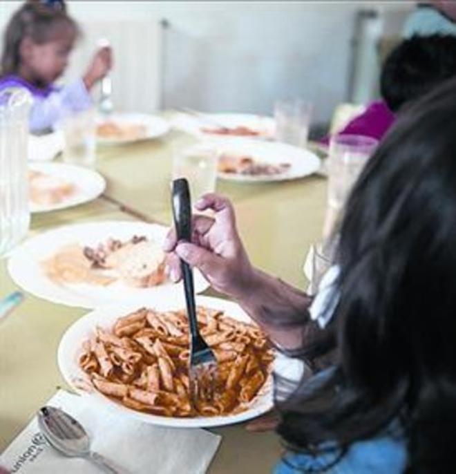 Niños comiendo en la escuela.