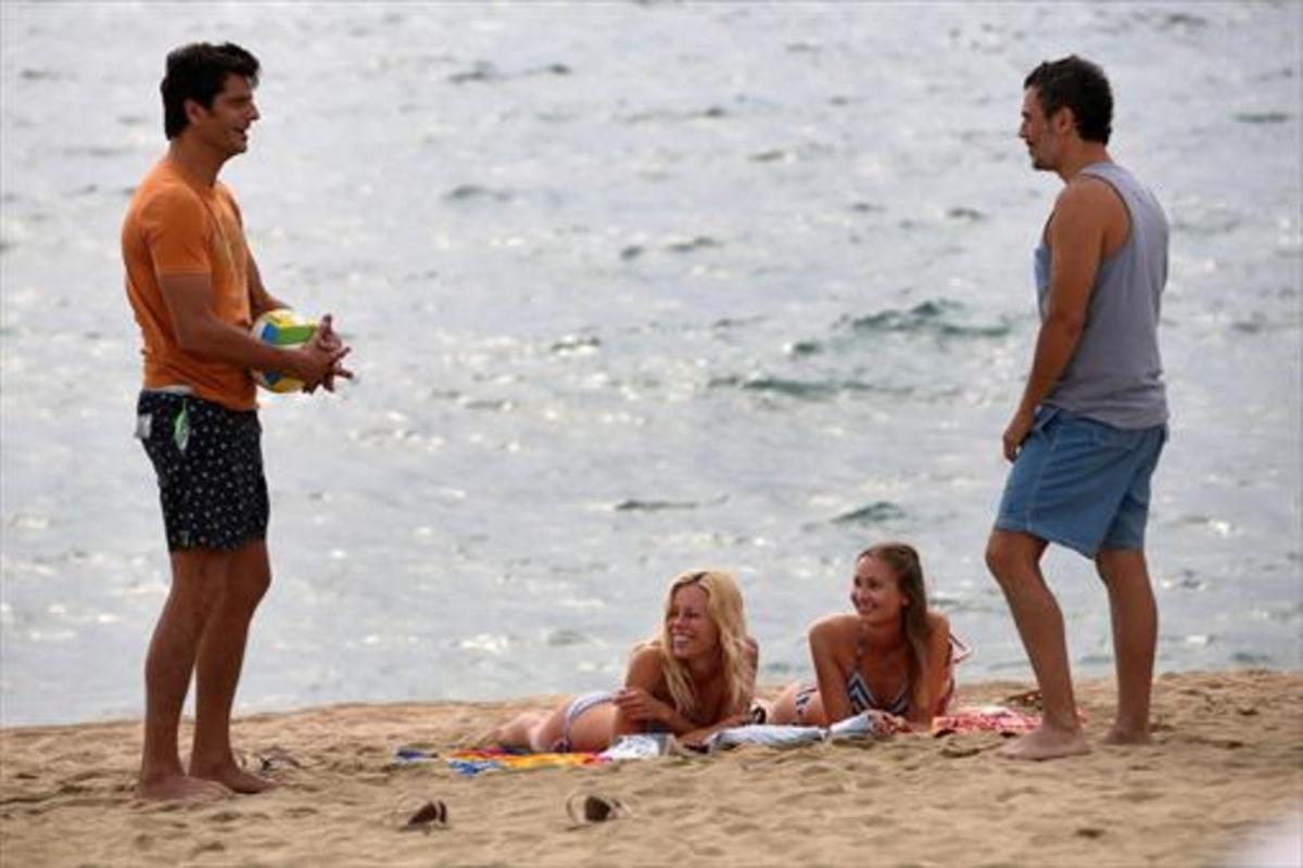 Joel Joan y Julio Manrique, con dos 'turistas', durante el rodaje de una escena de la segunda temporada de'El crac'.
