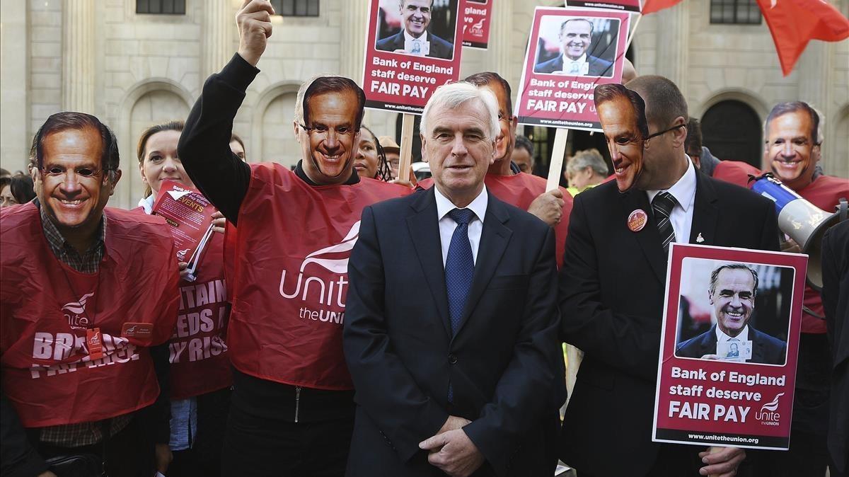 El laborista John McDonnell, reunidos con los empleados que protestas ante el Banco de Inglaterra.