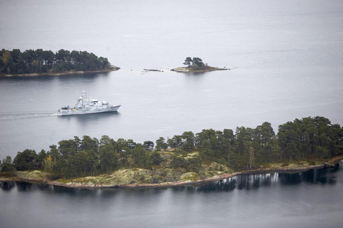 Una embarcación rastrea la zona marítima próxima a Estocolmo.