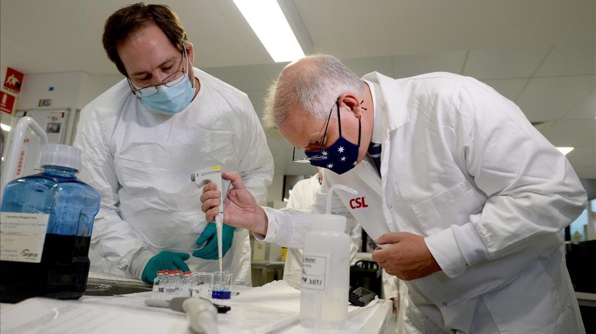 El primer ministro australiano Scott Morrison visita los laboratorios de CSL en los que se desarrolló un prototipo de vacuna contra el covid-19.