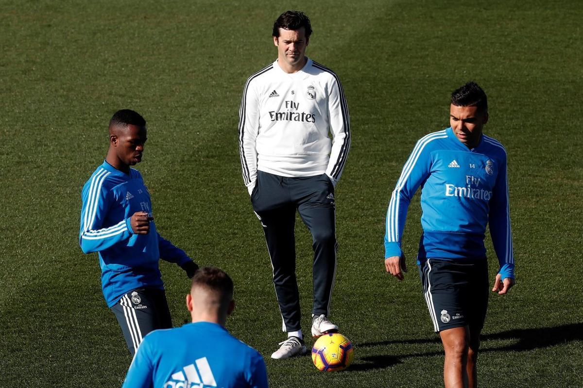 Santiago Solari (c) durante el entrenamiento de este viernes del Madrid.