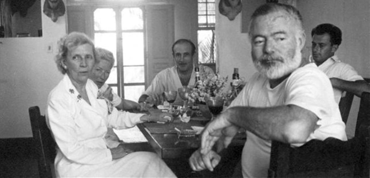 Ernest Hemingway (derecha) en una comida con su esposa y amigos en sucasa 'La Vigía' en San Francisco de Paula, Cuba.