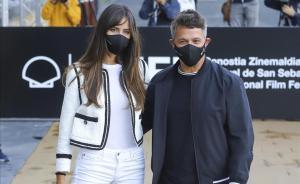 Alejandro Sanz junto a su novia Rachel Valdes en el Festival de San Sebastián