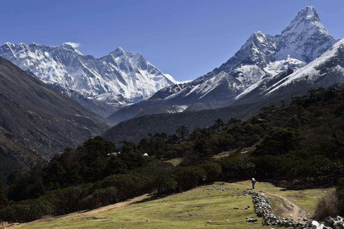 El Everest, a la izquierda, desde la localidad de Tembuche, en Nepal, el pasado 20 de abril.
