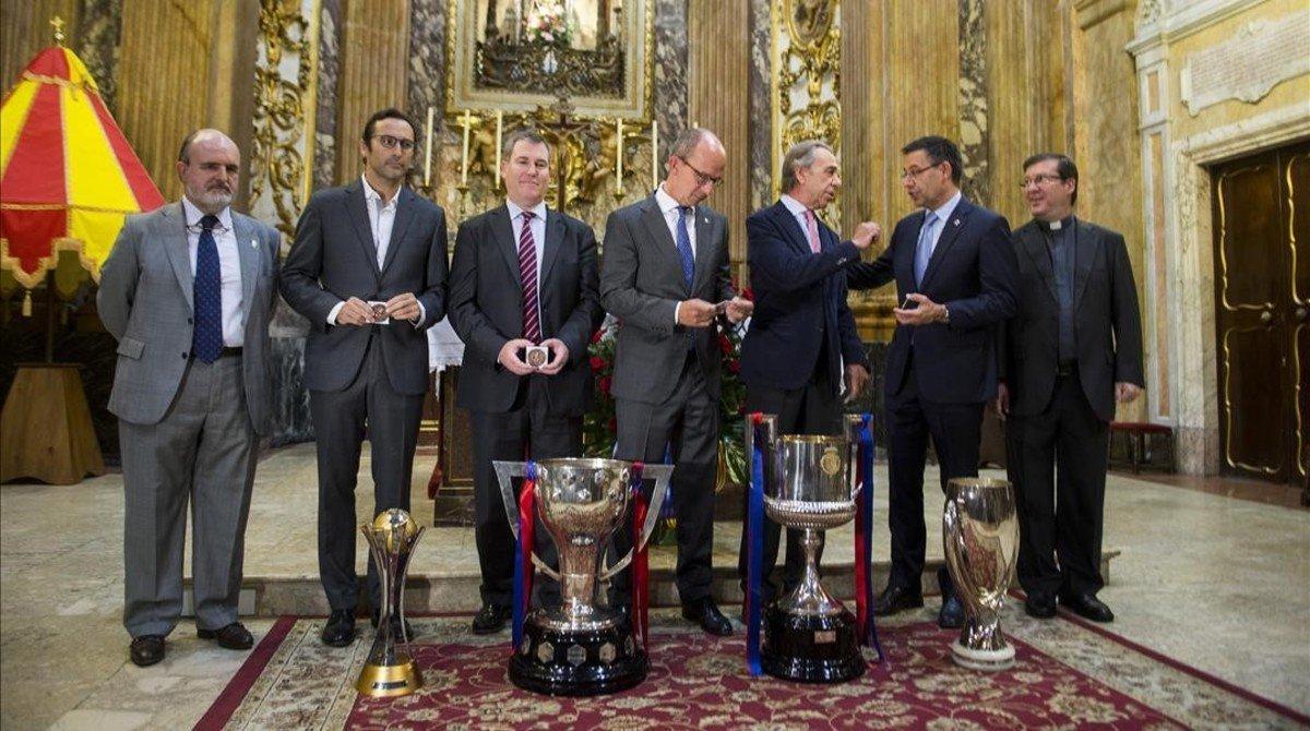 El presidente del FC Barcelona Josep Maria Bartomeu conversa con Ignasi Riera, presidente de la hermandad de la Mare de Deu de la Merce.
