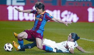 Bojan se anticipa a Martín Cáceres y marca el gol del Barça, anoche en Sevilla.