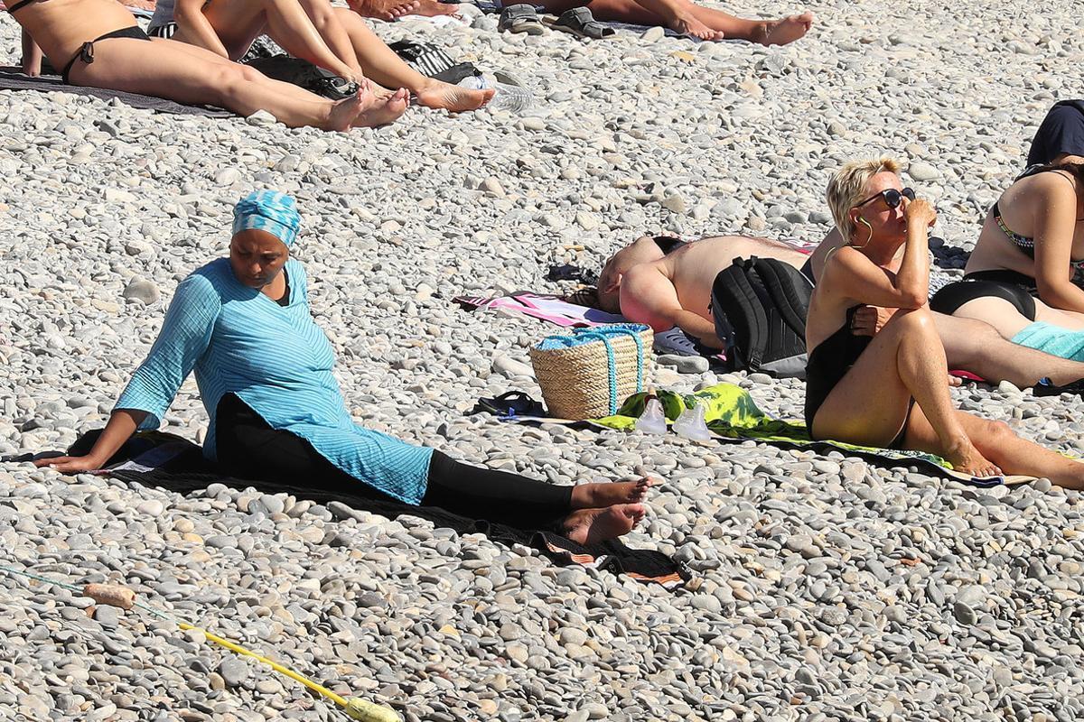 La mujer musulmanavestida en la playa de Niza que fue conminada por la policía a desprenderse de ropa.