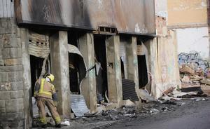 Exterior de la nave ocupada incendiada en Badalona.