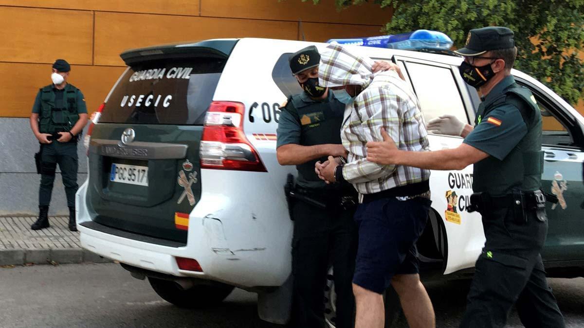 Prisión comunicada y sin fianza para el detenido por el caso Chavero. En la foto, el detenido en su llegada a los juzgados tras participar en la reconstrucción de los hechos.