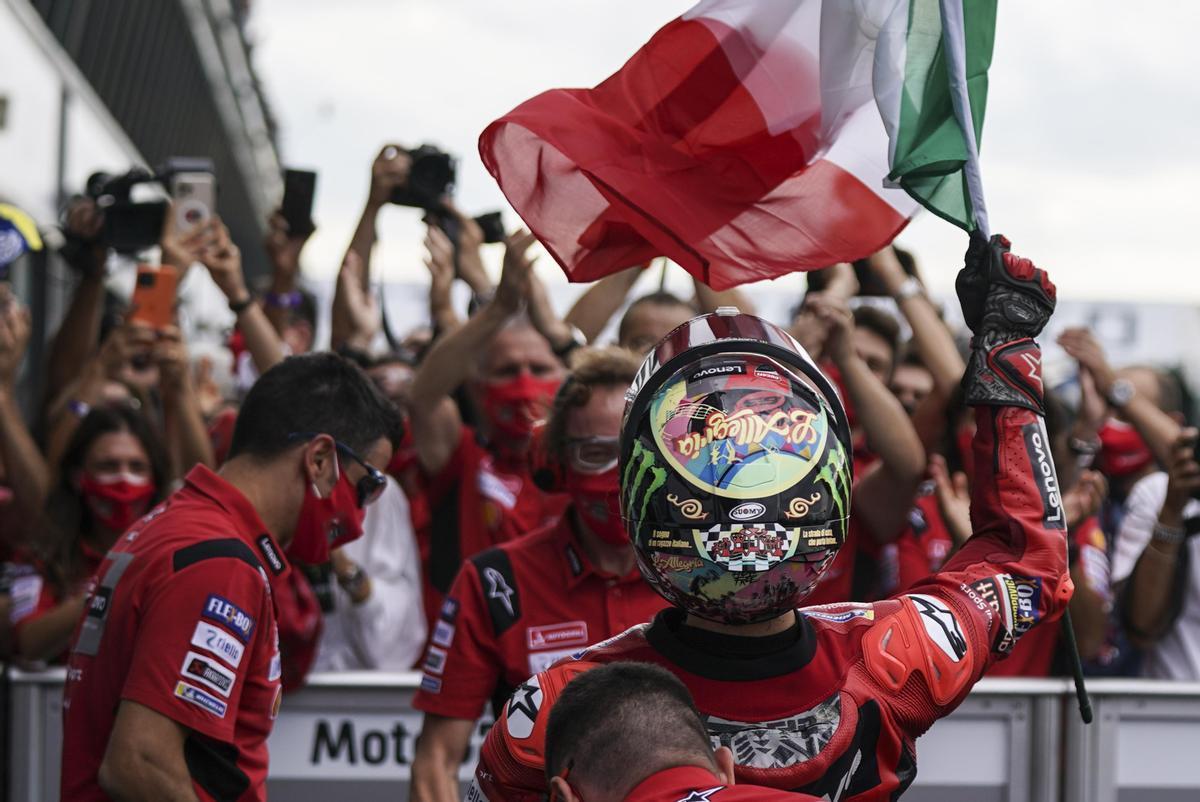 'Pecco' Bagnaia celebra con todo el equipo Ducati su victoria de hoy en San Marino.