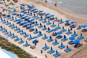 Zona de hamacas en una playa de Benidorm prácticamente vacía.