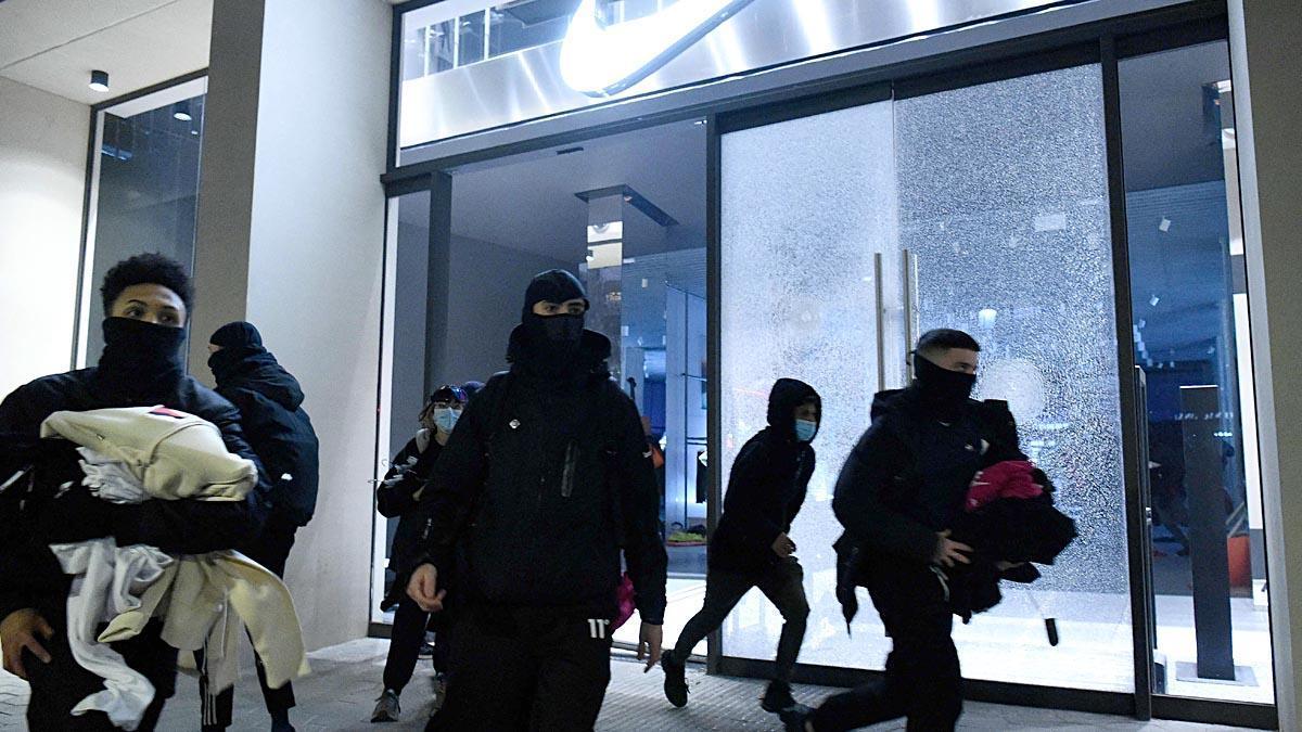 Manifestantes frente a una tienda de Nike en Barcelona.