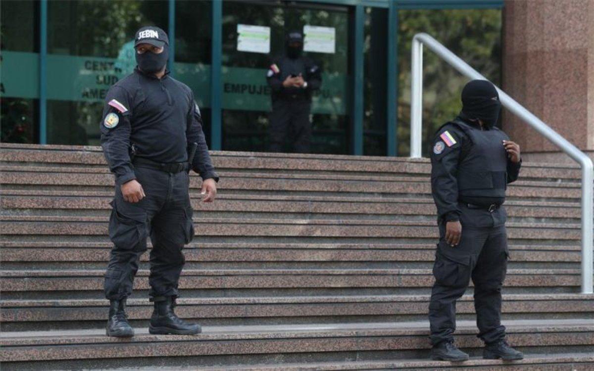 Agentesresguardan el edificio donde se encuentra la oficina de Juan Guaidó.