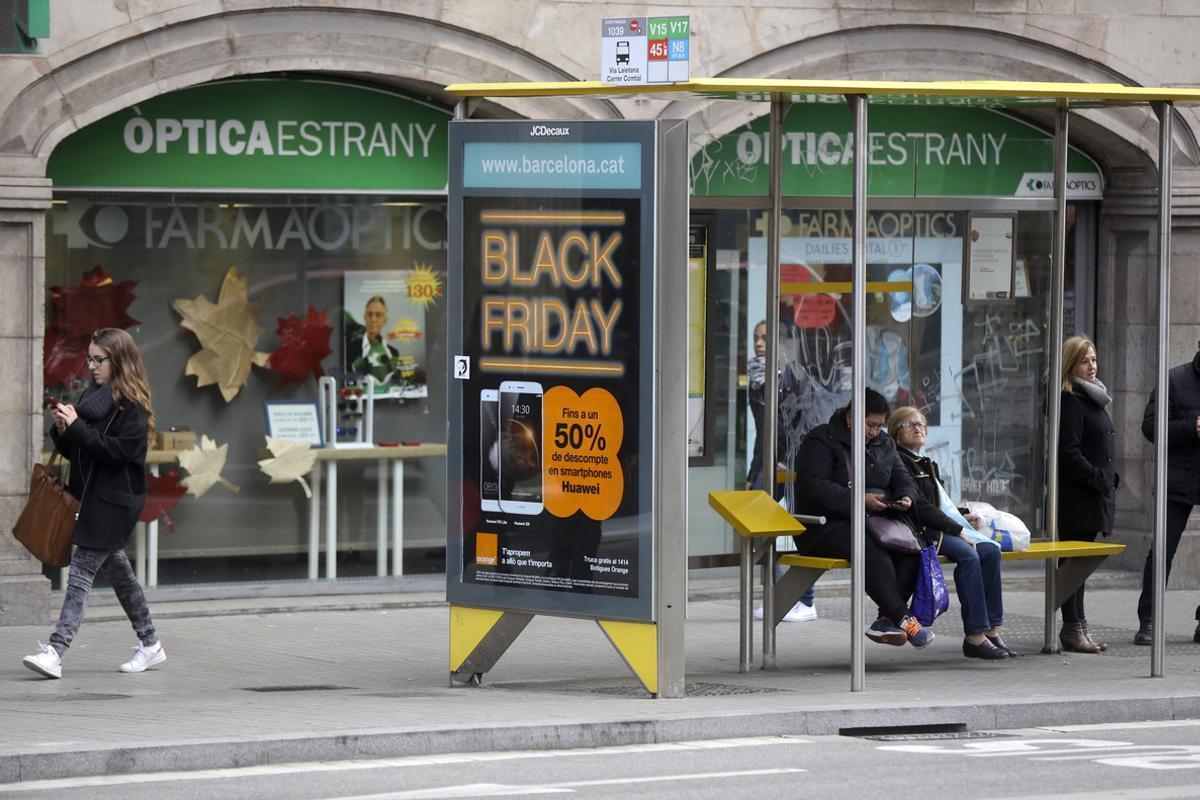 Publicidad del 'Black Friday' en una calle de Barcelona.