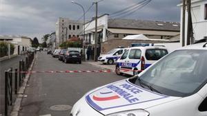 Coches de policía en los alrededores de la vivienda del norte de París donde se desarrolla una operación antiterrorista.