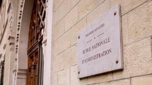 Placa en la fachada de la escuela de élite francesa ENA, en Estrasburgo.