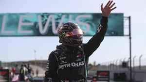 Lewis Hamilton celebra la 'pole' en el GP de Portugal.