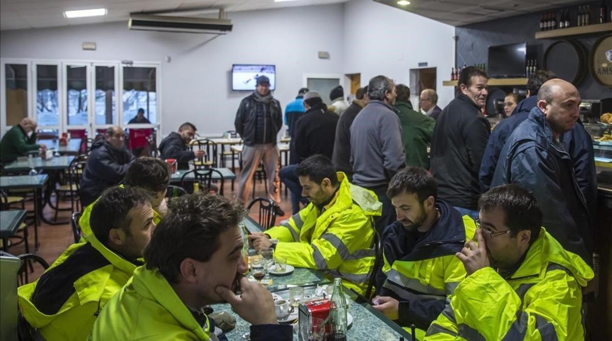 Camioneros y equipos de emergencia en un bar.