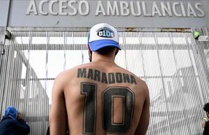 Un fan de Maradona, en las afueras del hospital donde operaron al astro.