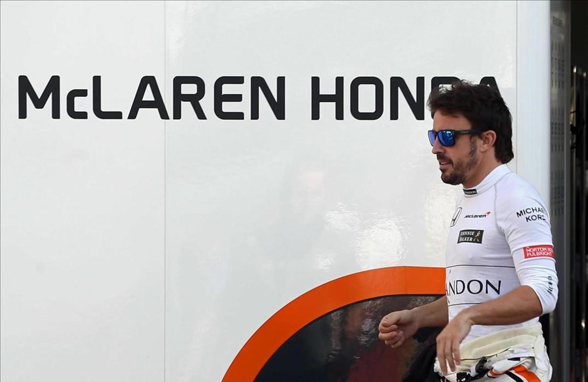 Alonso, en un momento de descanso en las pruebas de Montmeló
