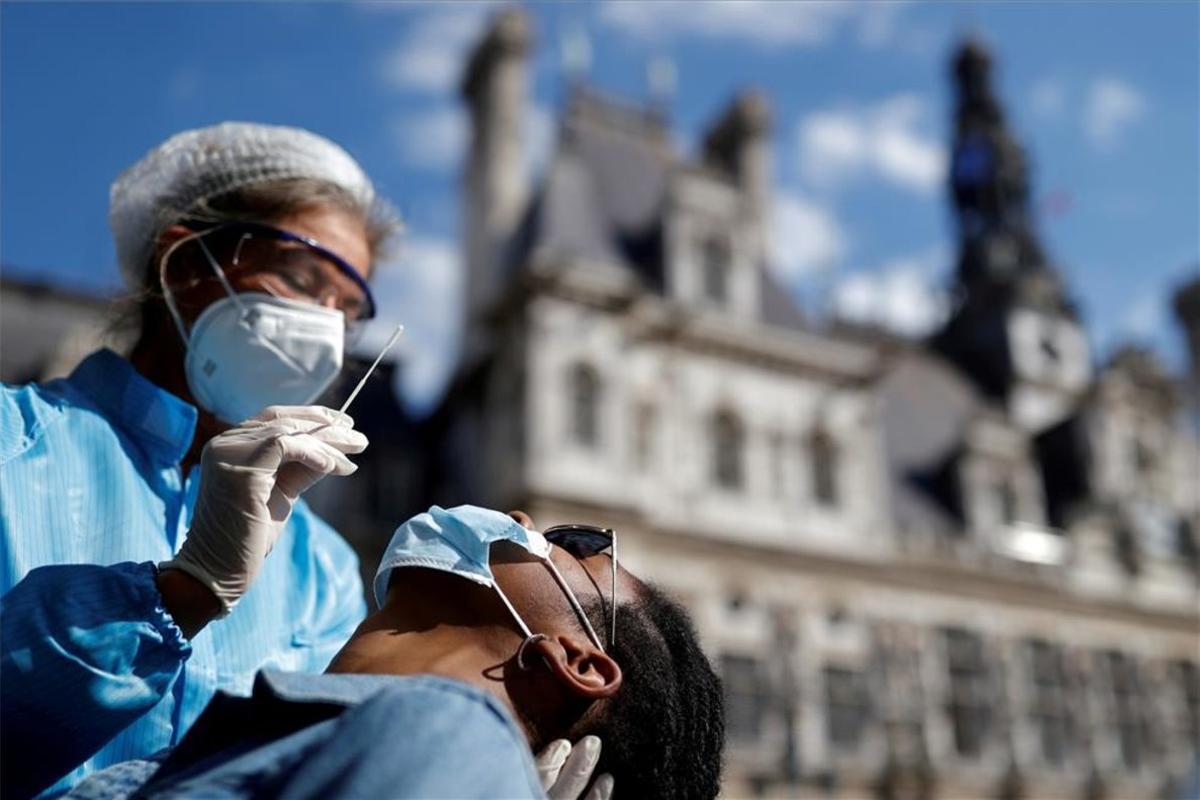 Personal médico realiza pruebas de COVID-19 en París.