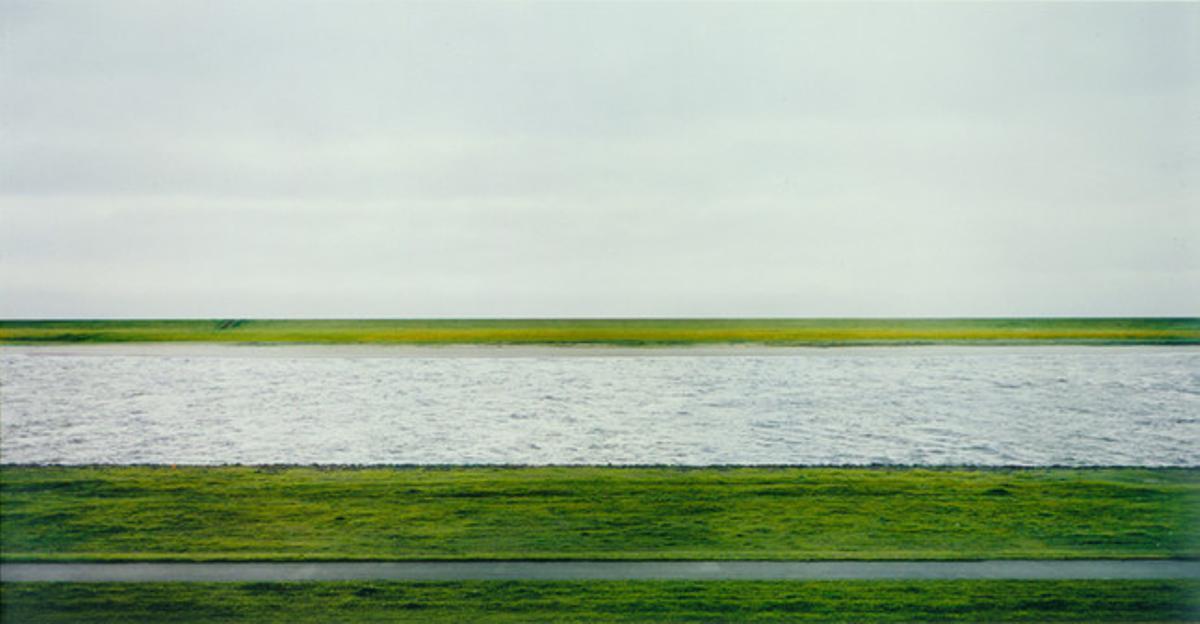 1. De Andreas Gursky vale 3,2 millones. 'Rhein II' es la segunda foto, en tamaño, de una serie de seis, de 1999, sobre el río Rin a su paso por Alemania. Su autor reconoce abiertamente que es una imagen muy retocada, en la que eliminó los objetos que le estorbaban. En realidad, el alemán Gursky pinta sus fotografías como si fueran un cuadro.