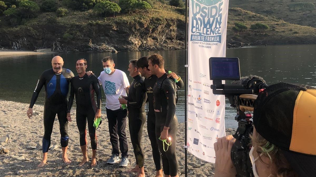 Unzué, en el centro de blanco, en el inicio del maratón solidario en el agua