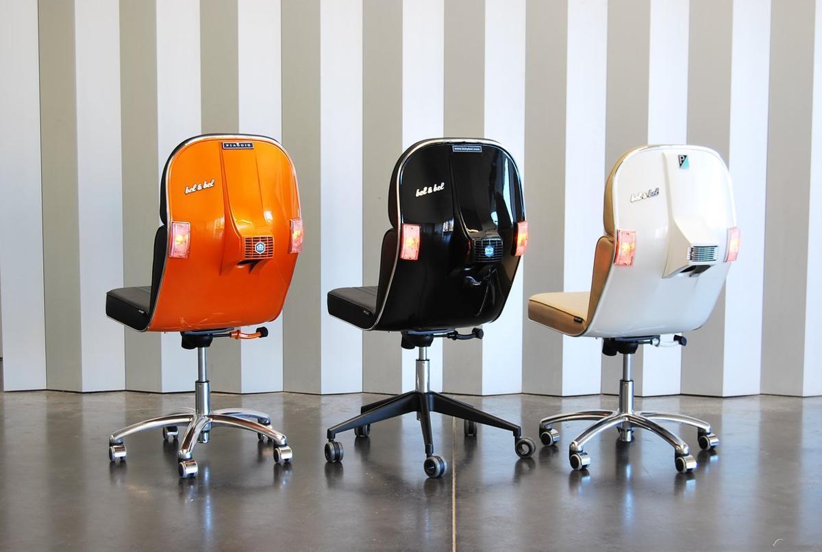 La empresa de Barcelona Bel&Bel fabrica mobiliario usando motos y coches antiguos. En la imagen, sus sillas Vespa.