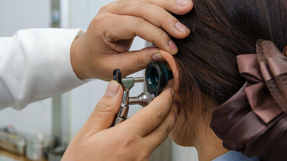 El curandero Gregorio Placeres asegura haber curado a más de cienniños autistas con una pesudoterapia que incluye echar gotas de orina en el oído de los chavales.