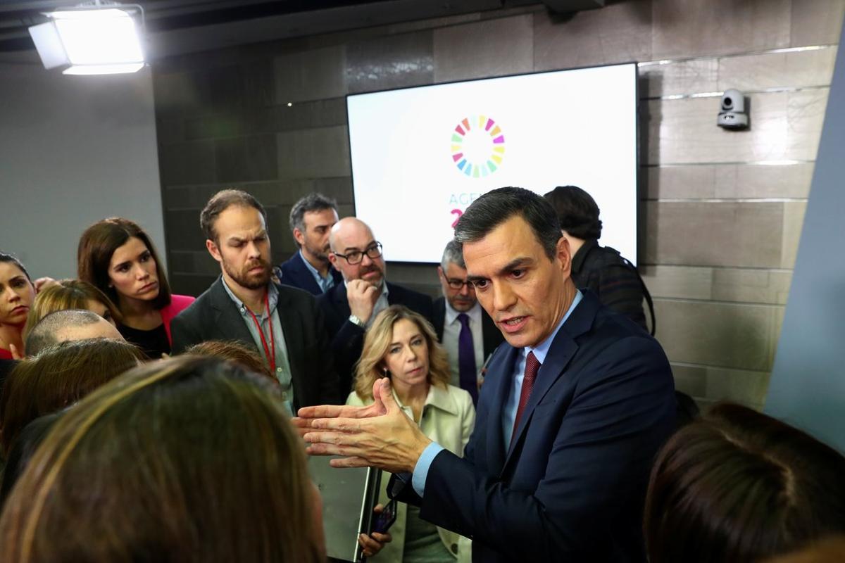 Pedro Sánchez atiende a los periodistas tras la rueda de prensa en la Moncloa.
