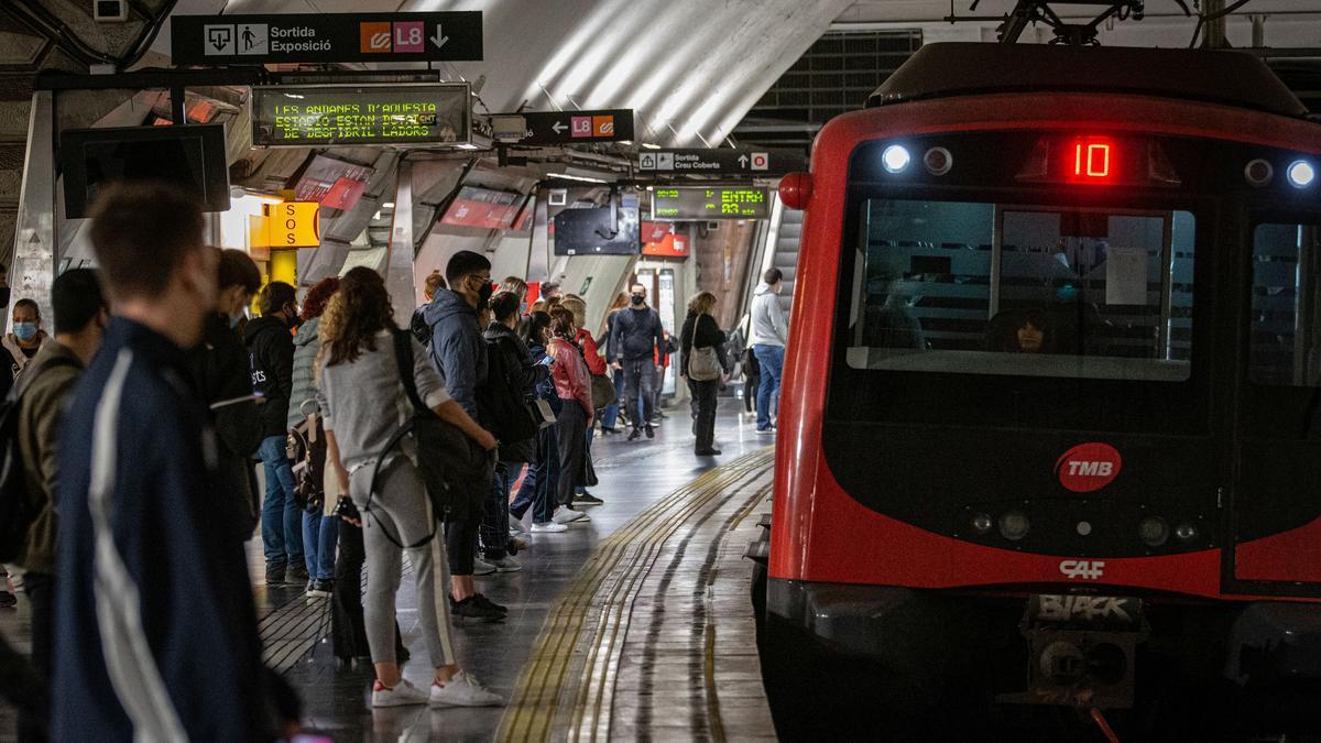 Pasajeros del metro en un andén de la L-1.