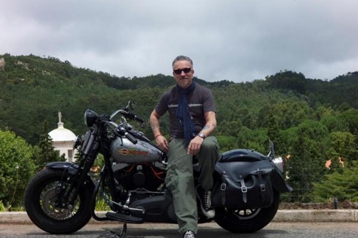 Sergi Arola, con su moto, en la foto que ha colgado en Twitter.