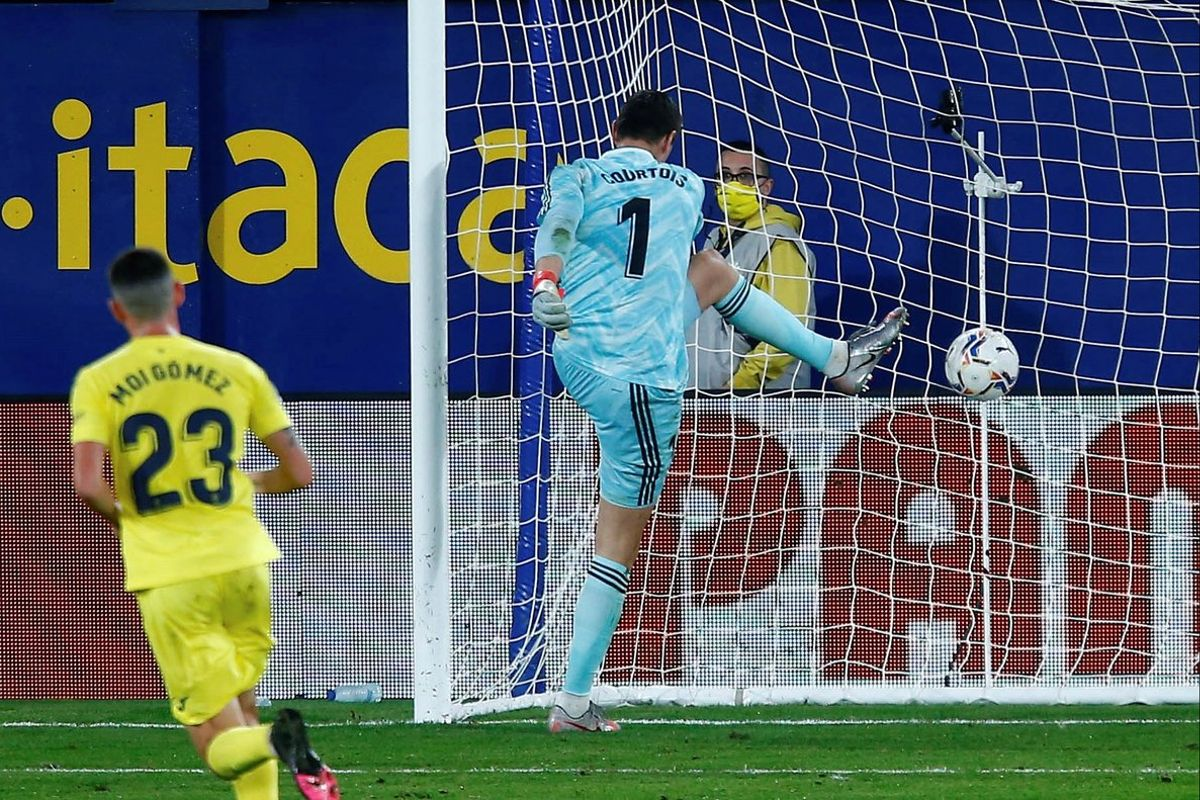 Courtois se lamenta tras el gol de penalti del Villarreal.