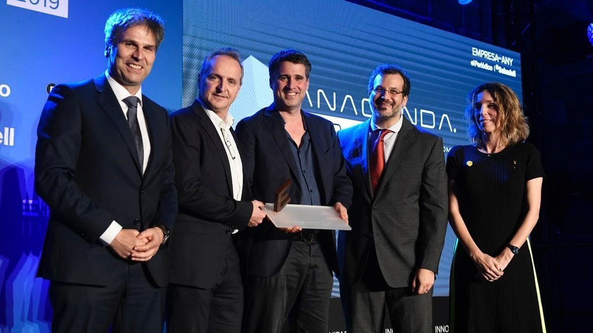 Los fundadores de Anaconda Biomed, Ofir Arad y Marc Ribó (centro), reciben el Premi Inicia de la 'consellera' Àngels Chacón (derecha) y del director de comunicación de El Corte Inglés, Jordi Romañach (izquierda).