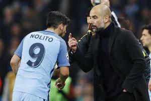 Nolito y Guardiola hablan durante un partido de la Champions, en diciembre pasado.