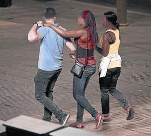Dues prostitutes ofereixen els seus serveis a un home a Barcelona.