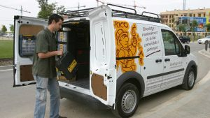 Un trabajador autónomo junto a su camioneta con material de bricolaje.